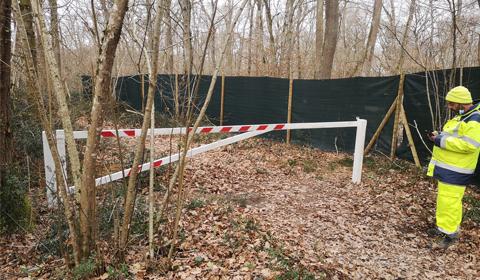 Installation de barrières à l'entrée des chemins de randonnées dans la forêt communale